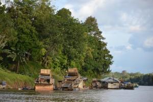 Aktivitas PETI yang marak di Kabupaten Sintang berdampak pada penurunan kualitas air, akibatnya banyak air sungai di Bumi Senentang tak layak minum. FOTO : Yusrizal Bota