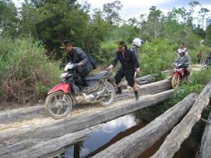 Memperihatinkan_Masyarakat perbatasan saat melintasi jalan tikus yang menghubungkan desa jasa menuju desa nanga bayan kecamatan ketungan hulu.jpg (2)