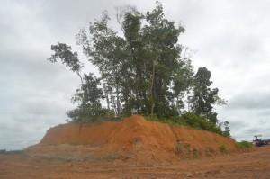 makam yang terletak di tengah-tengah landasan Pacu Tebelian Air Port Dipiindahkan