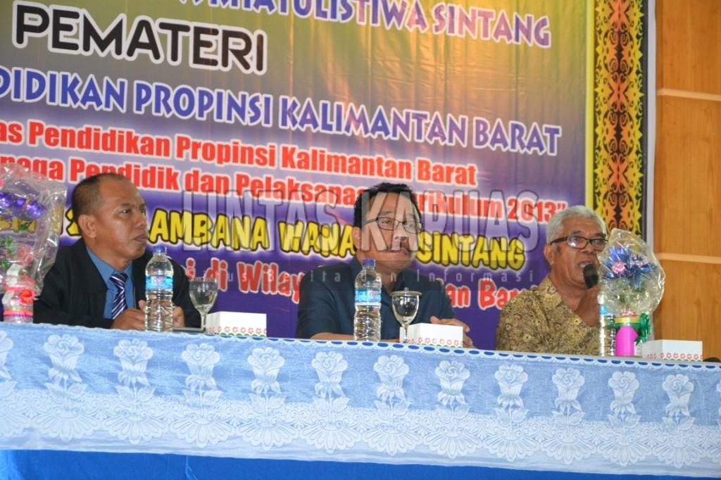 Kepala Dinas Pendidikan dan Kebudayaan Provinsi Kalimantan Barat, Alexius Akim memberikan kuliah umum dihadapan mahasiswa STKIP Persada Khatulistiwa Sintang. Foto : Yusrizal Bota