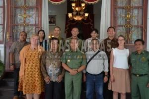 Bupati Sintang, Milton Crosby foto bersama dengan WWF Indonesia dan Finlandia usai penandatangan MoU penyusunan tata ruang. Foto : Yusrizal Bota