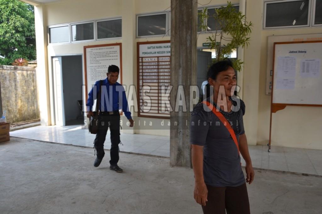 Fransiskus (baju biru) meninggalkan ruang sidang usai pembacaan vonis. Ia diputus bersalah karena menebang 7 batang sawit milik PT Citra Mahkota. Foto : Yusrizal Bota