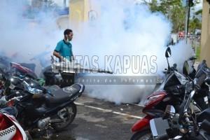 Petugas-P2KL-Dinas-Kesehatan-Kabupaten-Sintang-melakukan-fogging-diarea-RSUD-Sintang