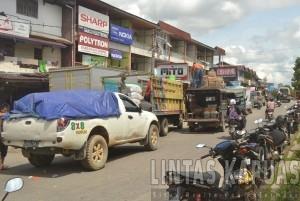 terminal sempit membuat sejumlah angkutan parkir dipinggir jalan  yang memicu terjadinya kemacetan.