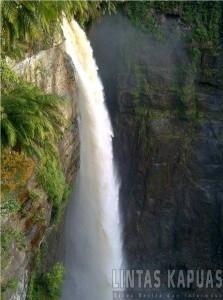 Seperti inilah pemandangan air terjun Nokan Nayan di Desa Deme Kecamatan Ambalau. Namun sayang, objek wisata alam ini belum dikelola maksimal