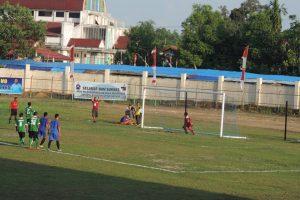 Pemain Sintang FC, Rohim mengeksekusi penalti yang menyamakan kedudukan melawan Sekadau
