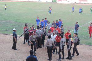 Wasit yang memimpin pertandingan Sintang Vs Sekadau dijaga polisi ketika memasuki ruang ganti usai pertandingan