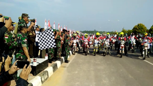 Pelepasan Tim Pengibar Bendera 17.845 Helai di Tapal Batas oleh Kasdam Tanjung Pura menggunakan Kendaraan Motor Cross yang dipimpin oelh Komandan Korem 121ABW Sintang