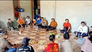 Tim Gugus Tugas Covid 19 Kabupaten Sintang berdialog dengan masyarakat perbatasan terkait dengan prosedur penanganan dan penanggulangan penyebaran wabah Virus Corona